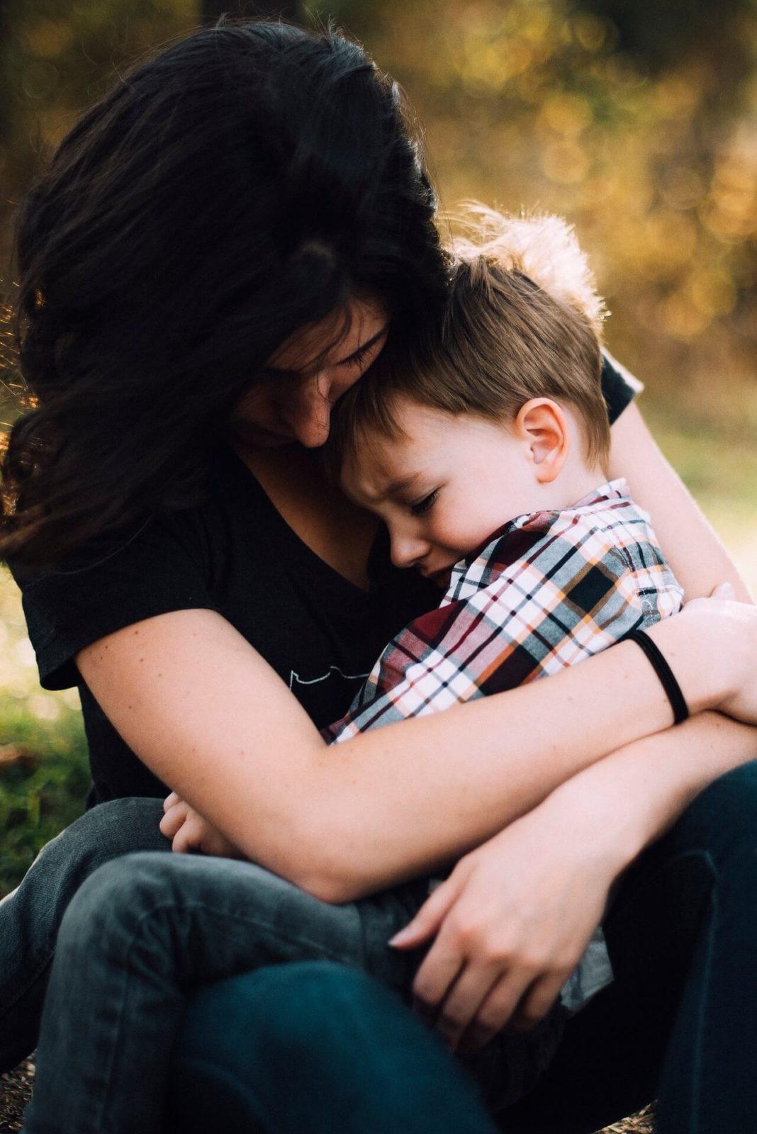 pozytywna-dyscyplina przytulanie-dziecka